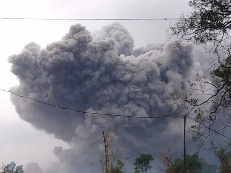 Ινδονησία: Βρυχάται το ηφαίστειο Σεμέρου – Σε ύψος 5 χιλιομέτρων η τέφρα