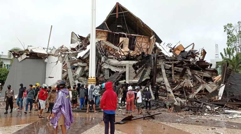 Ινδονησία: Συνεχίζονται οι έρευνες για τον εντοπισμό επιζώντων μετά τον σεισμό των 6,2 βαθμών