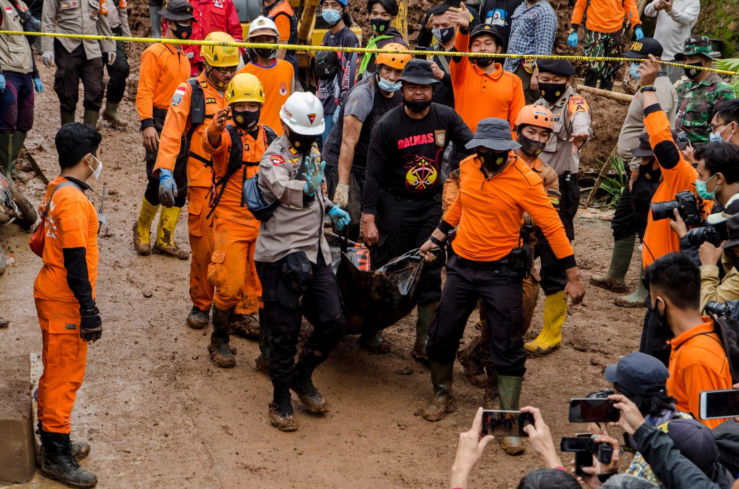 Ινδονησία: 11 νεκροί από κατολίσθηση (pics)