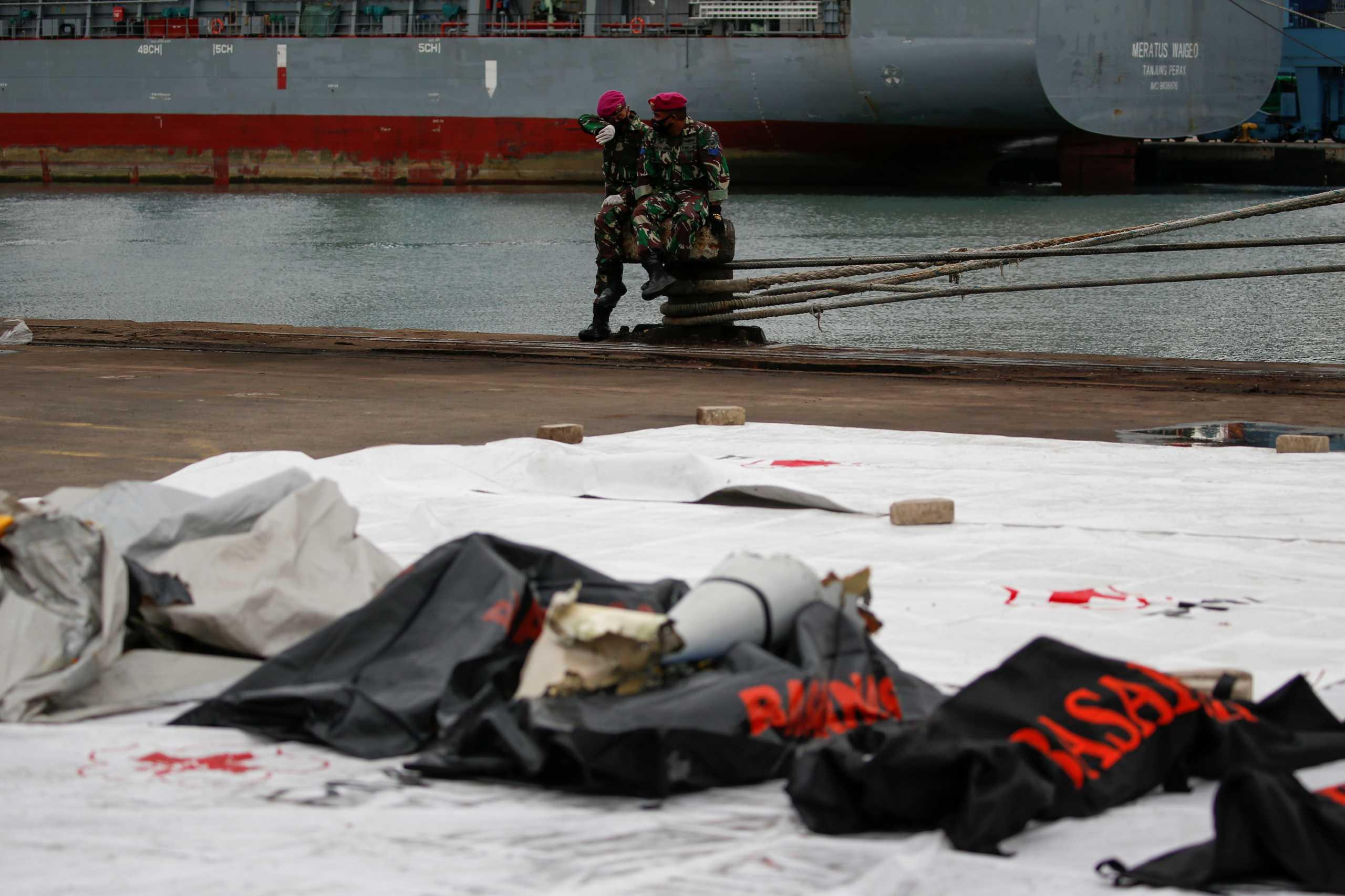 Ινδονησία: Βρέθηκαν τα μαύρα κουτιά του Boeing της Sriwijaya Air (pics)
