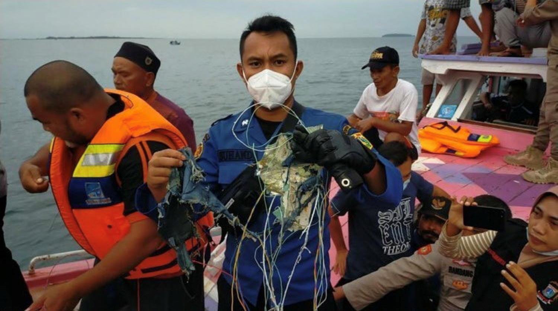 Συντριβή αεροσκάφους στην Ινδονησία: Οι πρώτες εικόνες της τραγωδίας (pics, vid)