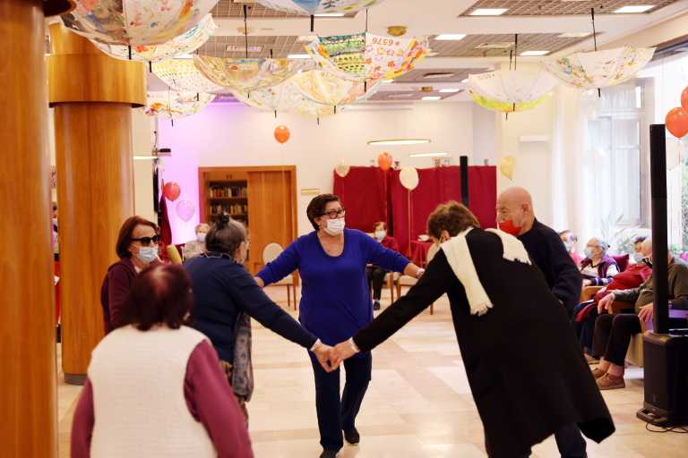 Ισραήλ: Ξεσάλωσαν με πάρτι οι συνταξιούχοι μετά τη δεύτερη δόση του εμβολίου