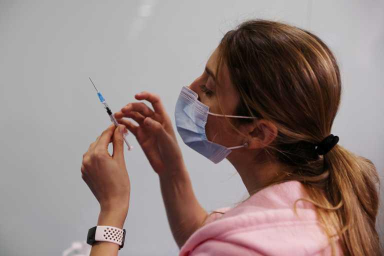 Μόσιαλος: Γιατί είναι καλά τα νέα από τους εμβολιασμούς στο Ισραήλ