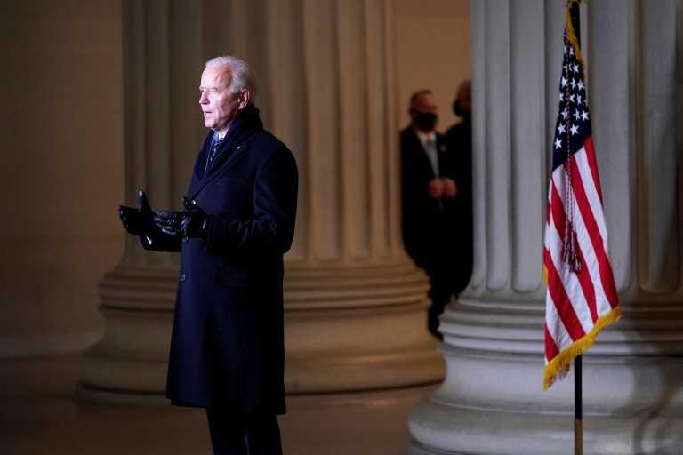 «Καταιγισμός» διαταγμάτων από τον Μπάιντεν που ακυρώνουν τα όσα έκανε ο Τραμπ