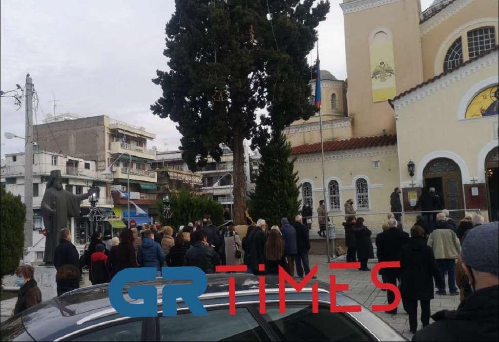 Θεοφάνεια: Κοσμοσυρροή στη Μητρόπολη Καλαμαριάς στη Θεσσαλονίκη – Αυξάνεται ο κόσμος συνεχώς (video)