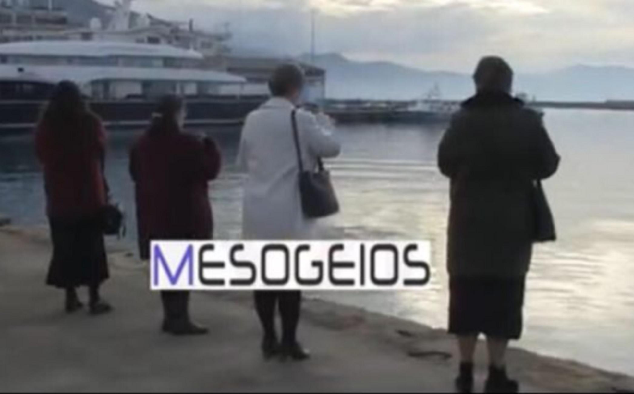 Καλαμάτα – Θεοφάνεια: Η στιγμή που 4 γυναίκες ρίχνουν αυτοσχέδιο σταυρό και αγιάζουν τα νερά (video)