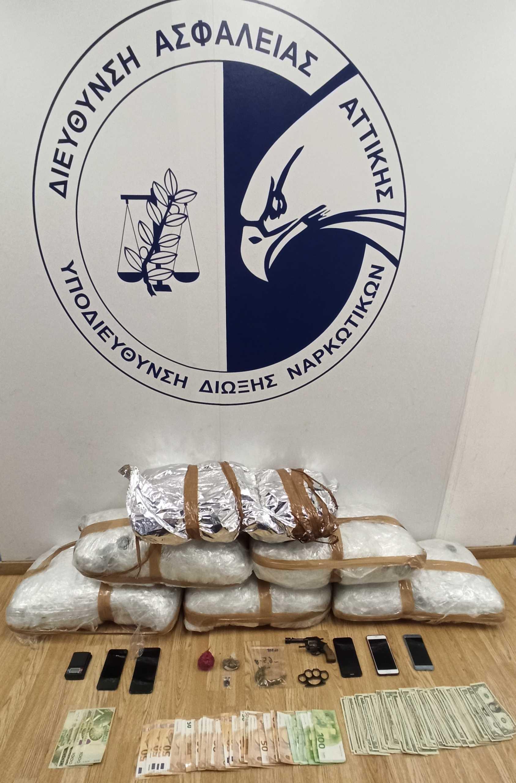 Πειραιάς: Τους έπιασαν με πάνω από 33 κιλά κάνναβη (pic)