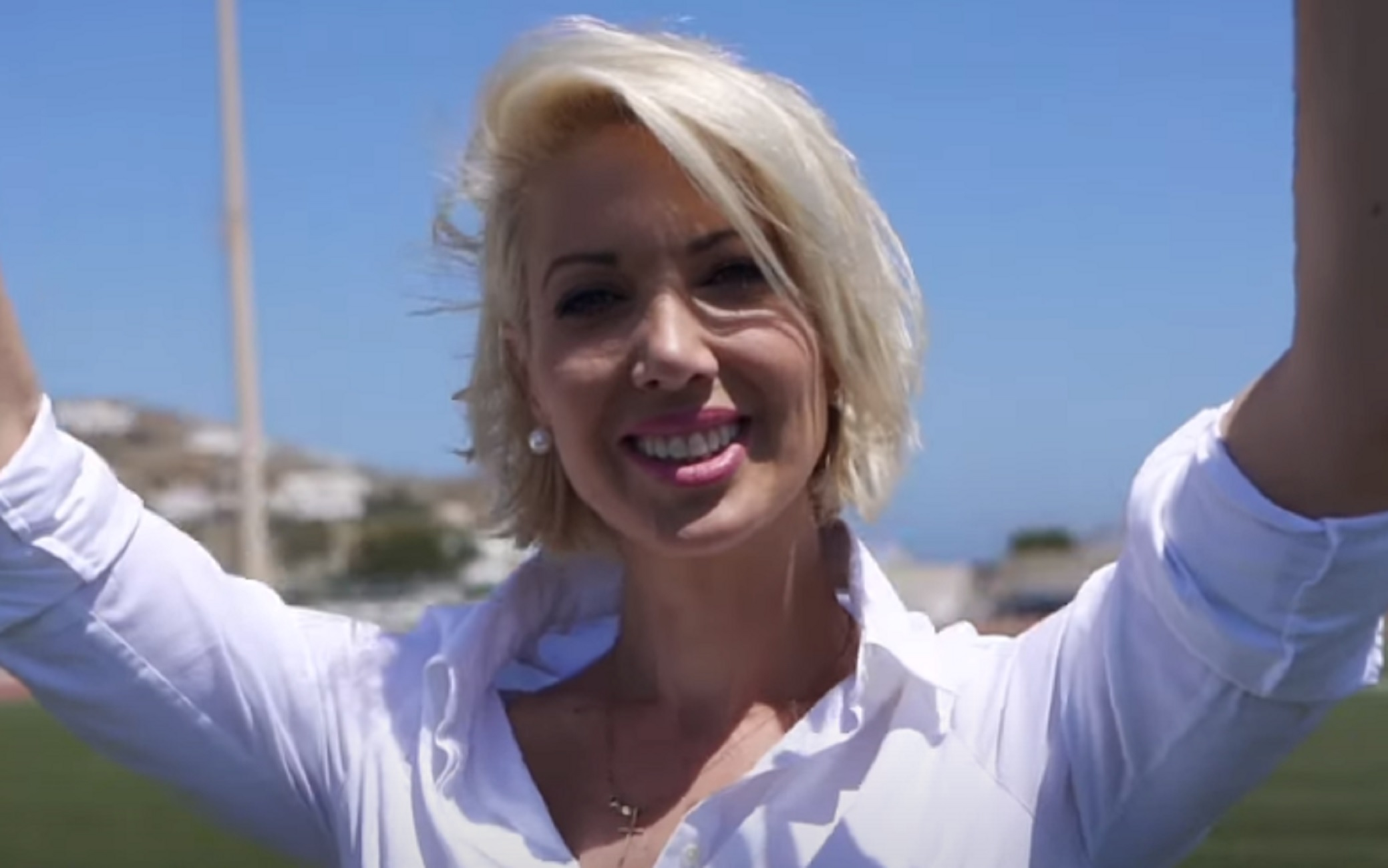 Έπος: Η βουλευτής Κατερινά Μονογυιού παίζει στο video clip του τραγουδιού που γράφτηκε για την ίδια – Δείτε το