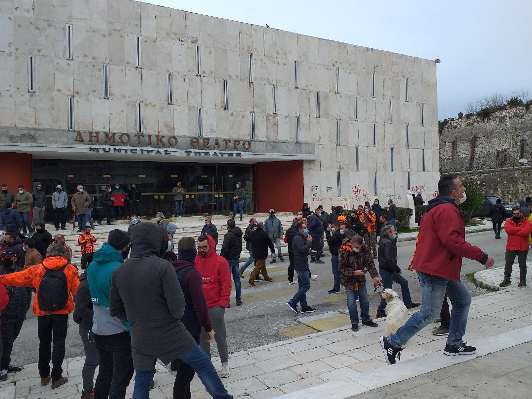 Κέρκυρα: Συμβολική κατάληψη του δημαρχείου από ψαράδες και κυνηγούς – «Οι κύριοι μας εμπαίζουν»