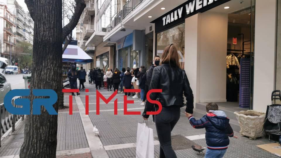 Θεσσαλονίκη: Ουρές σε καταστήματα με ρούχα και παπούτσια – Πάνε περίπατο οι αποστάσεις ασφαλείας (video)
