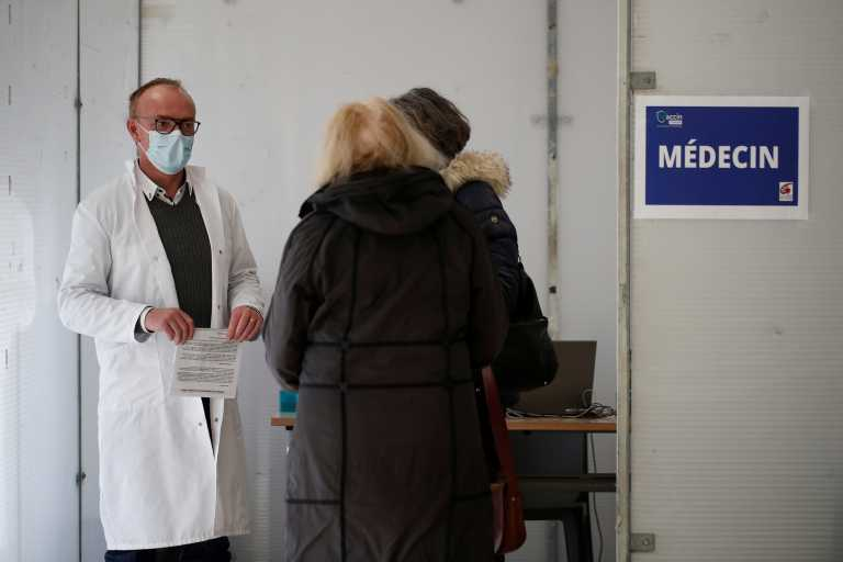 Εμβόλιο: Η Γαλλία διπλασιάζει το χρόνο ανάμεσα στην πρώτη και στην δεύτερη δόση