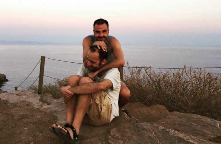 Αύγουστος Κορτώ: Επέτειος 17 χρόνων με τον σύζυγό του – Το σύμφωνο συμβίωσης και ο γάμος τους