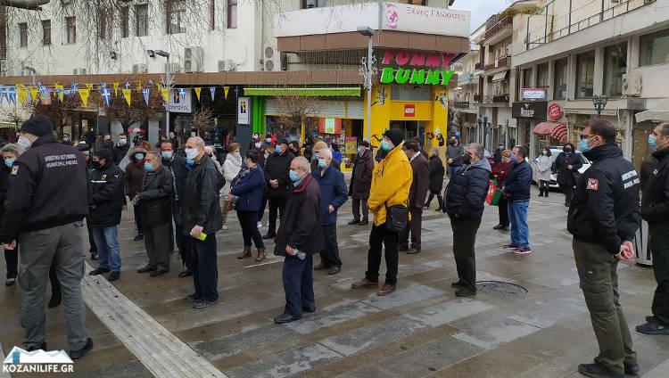 Κοζάνη – Θεοφάνεια: Η στιγμή που οι αστυνομικοί κάνουν συστάσεις στον κόσμο που περιμένει για τον αγιασμό (video)