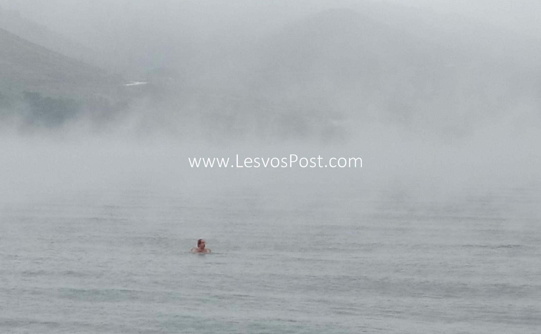 Λέσβος: Αψήφησαν τον «Λέανδρο» και έκαναν μπάνιο σε μια θάλασσα που έβραζε (video)