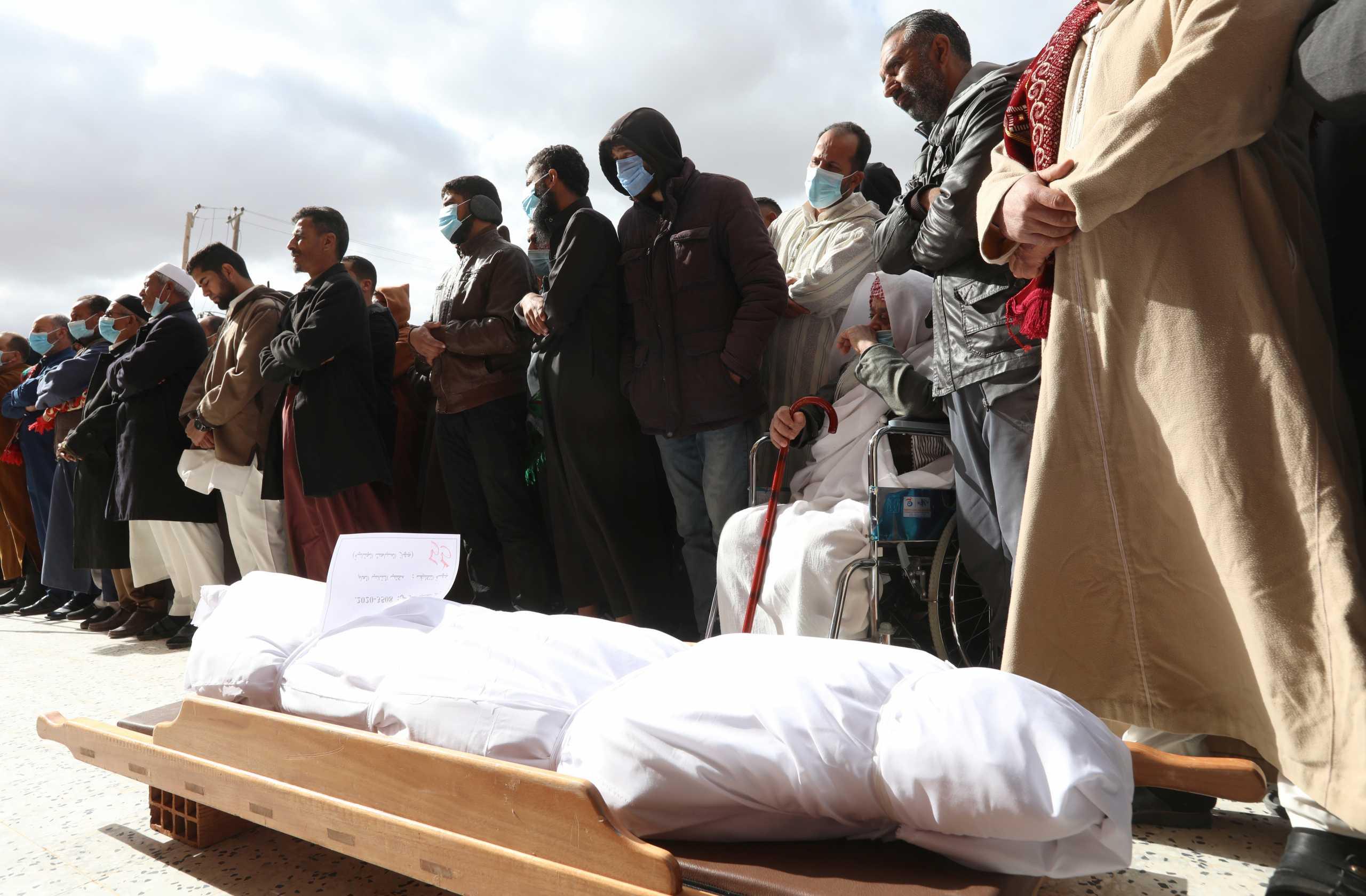 Λιβύη: 10 πτώματα που δεν έχουν αναγνωρισθεί ανασύρθηκαν από ομαδικό τάφο στην Ταρχούνα (pics)