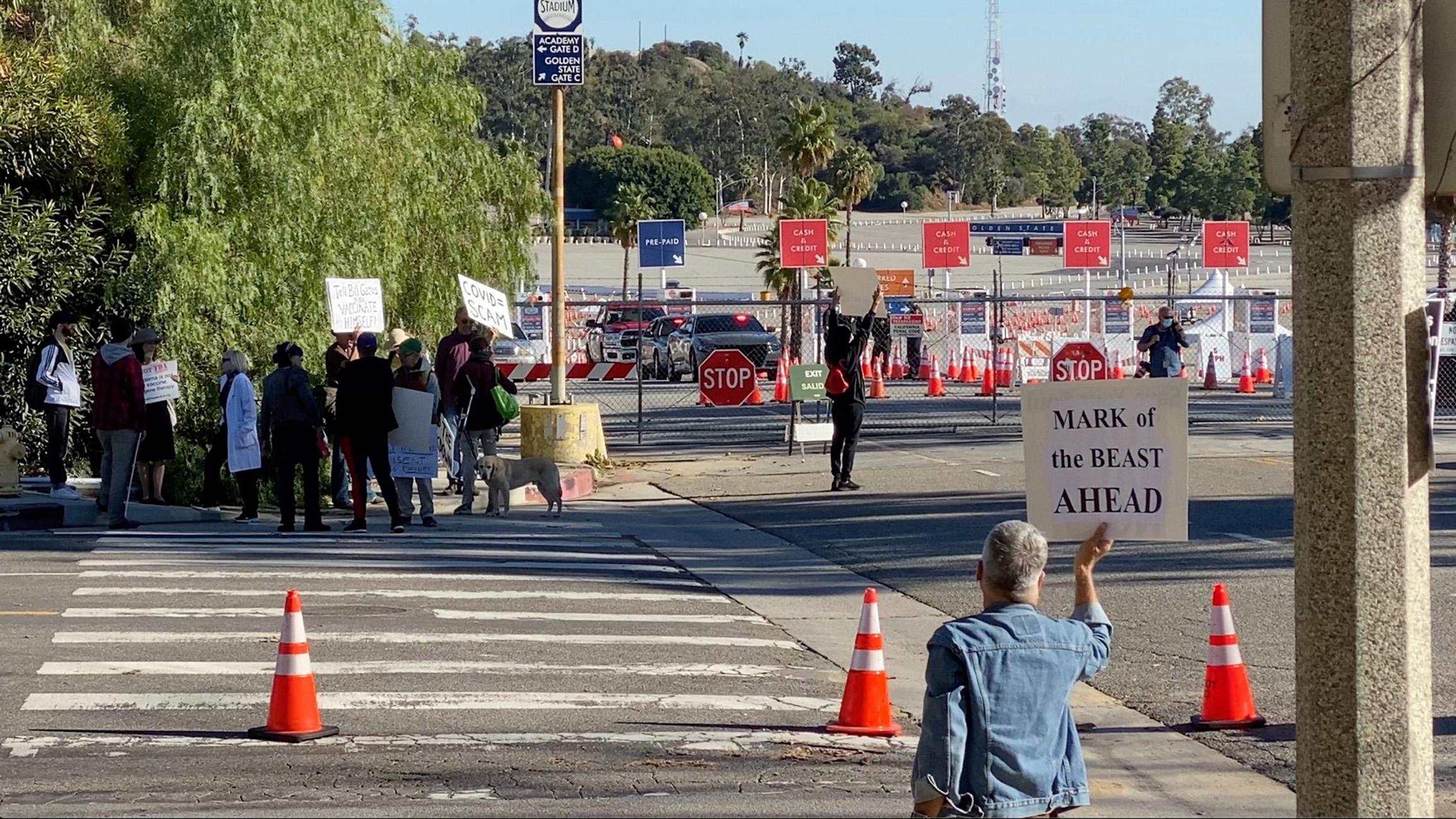 ΗΠΑ: Αρνητές του κορονοϊού διέκοψαν εμβολιαστικό κέντρο στο Λος Άντζελες