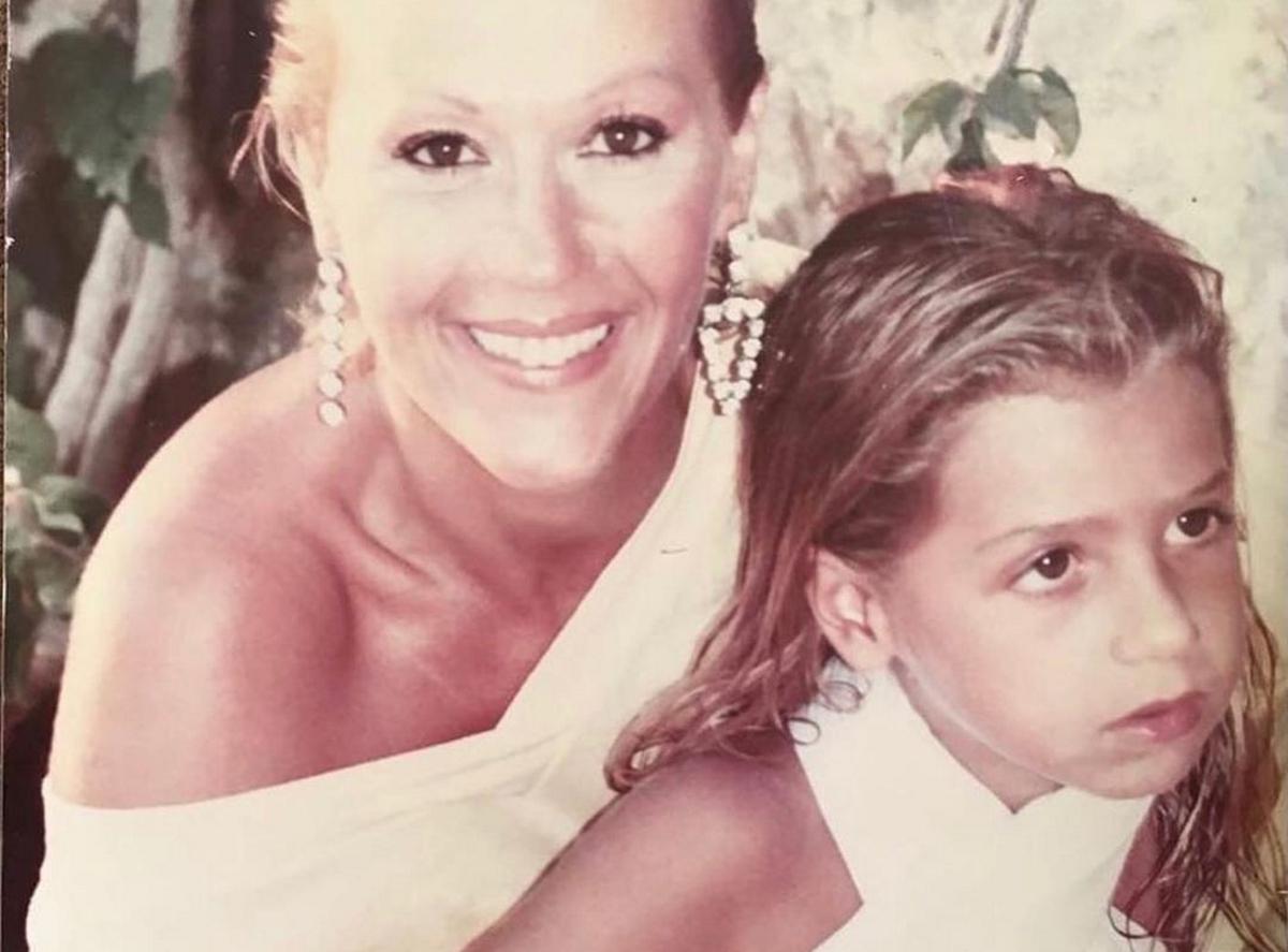 Ζωή Λάσκαρη: Σπάνια φωτογραφία, να ταΐζει στο μαιευτήριο τη νεογέννητη  Μαρία Ελένη Λυκουρέζου