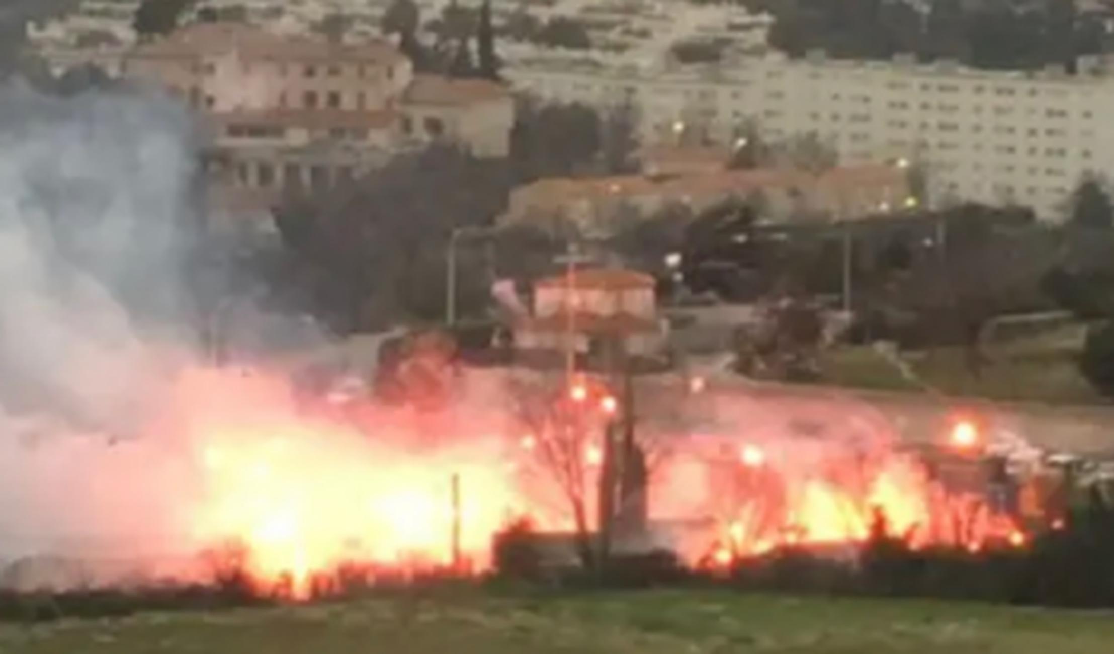Εξαγριωμένοι οπαδοί της Μαρσέιγ έβαλαν φωτιές στο προπονητικό (vid, pics)