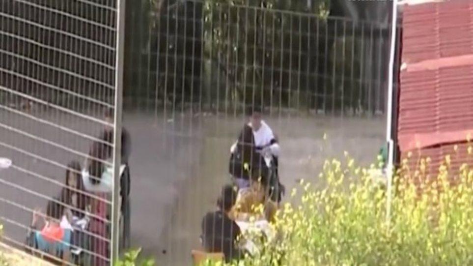 Ναύπλιο: Παιδιά δημοτικού κάνουν μάθημα στην αυλή – Οι δάσκαλοι έβγαλαν έξω τα θρανία (video)