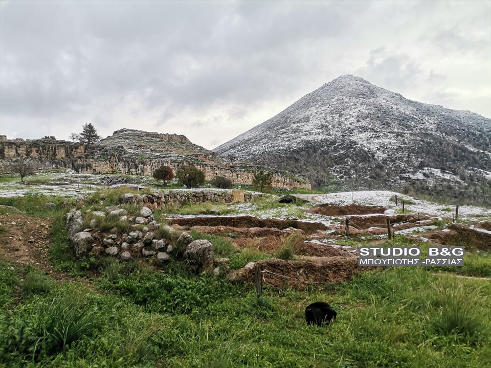 Καιρός – Αργολίδα: Τα χιόνια έφτασαν στις Μυκήνες – Εντυπωσιακά πλάνα με τη θάλασσα να αχνίζει (video)