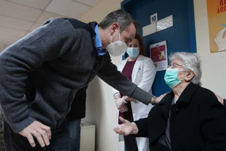 Στο Κέντρο Εμβολιασμού στα Καμίνια ο Μητσοτάκης – «Πολύ θετική η ανταπόκριση» (pics)