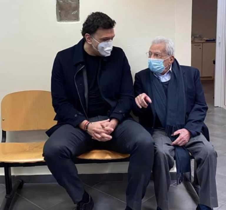 Ο Βασίλης Κικίλιας συνόδευσε τον Πέτρο Μολυβιάτη για να εμβολιαστεί