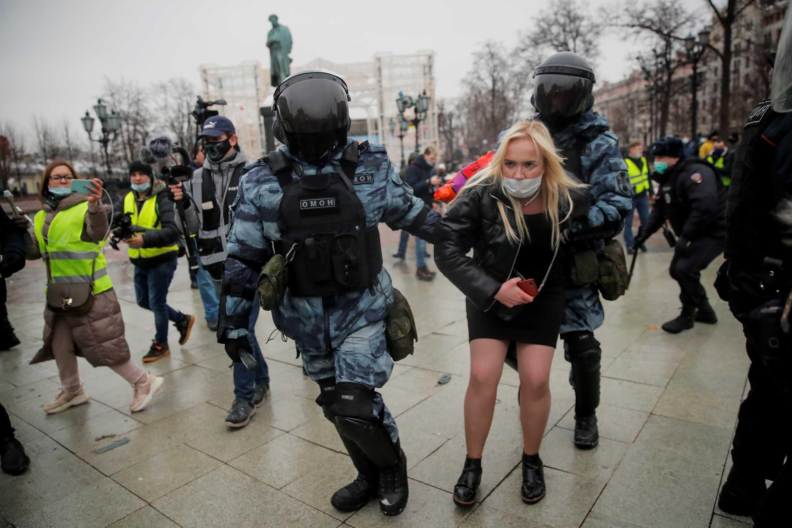Χάος στη Μόσχα: Χιλιάδες στη διαδήλωση για τον Ναβάλνι, έπιασαν τη γυναίκα του