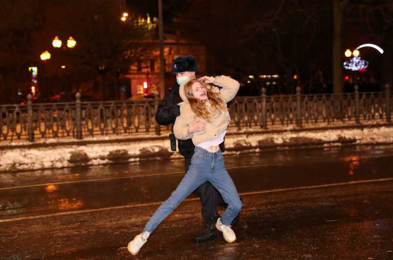 Μόσχα: Ξύλο, τραυματισμοί και χιλιάδες συλλήψεις για τον Ναβάλνι – Ελεύθερη η γυναίκα του