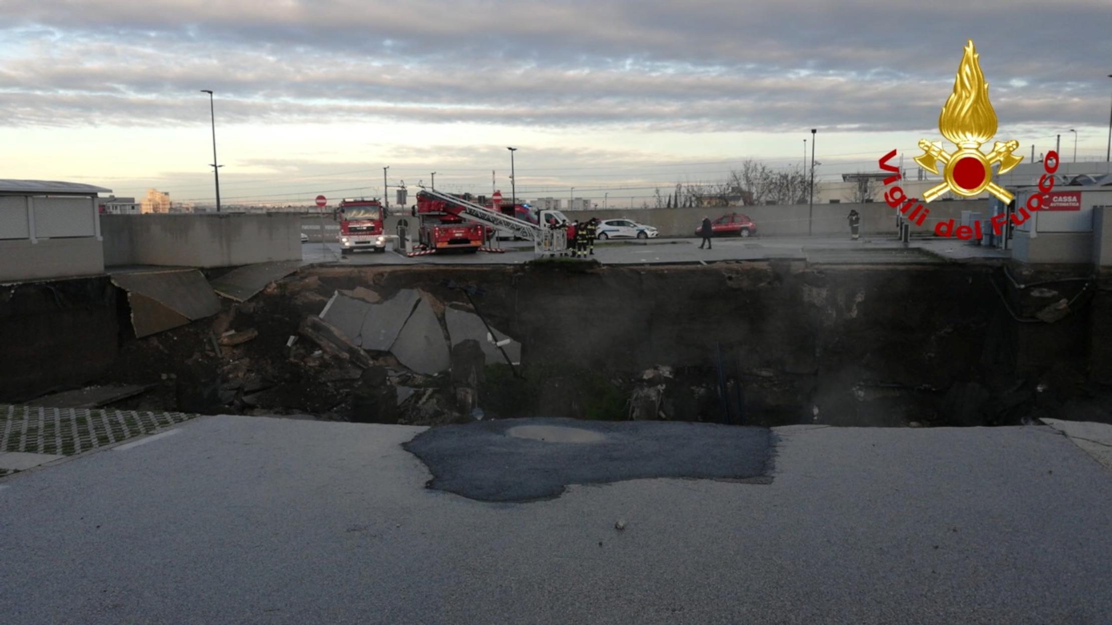 Νάπολη: «Χάθηκε» το έδαφος στο πάρκινγκ νοσοκομείου (pics, video)