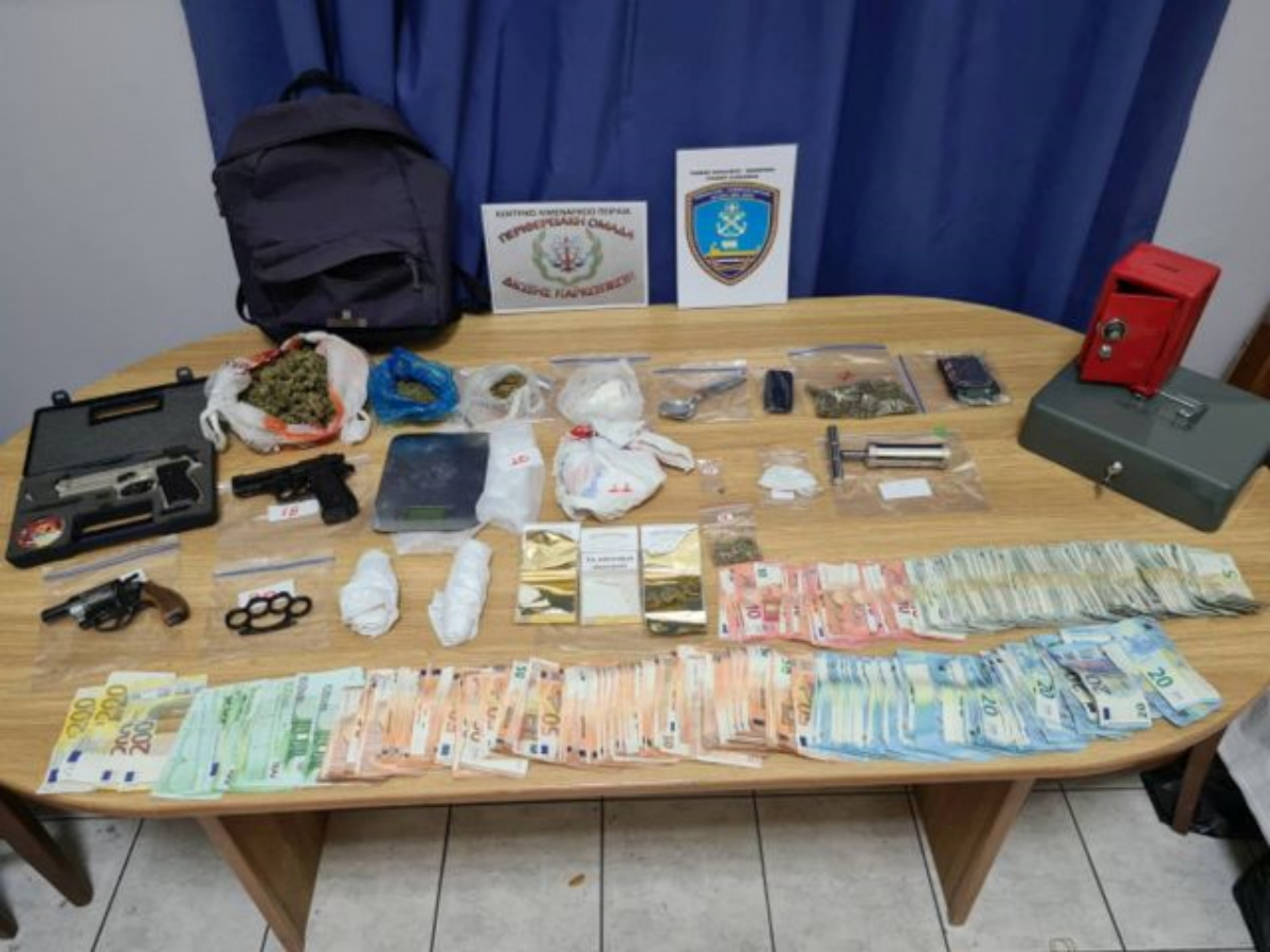 Κερατσίνι: Συνελήφθη 26χρονος για διακίνηση χασίς και κοκαΐνης – Έκρυβε περίστροφο και σιδερογροθιά σε ειδική κρύπτη