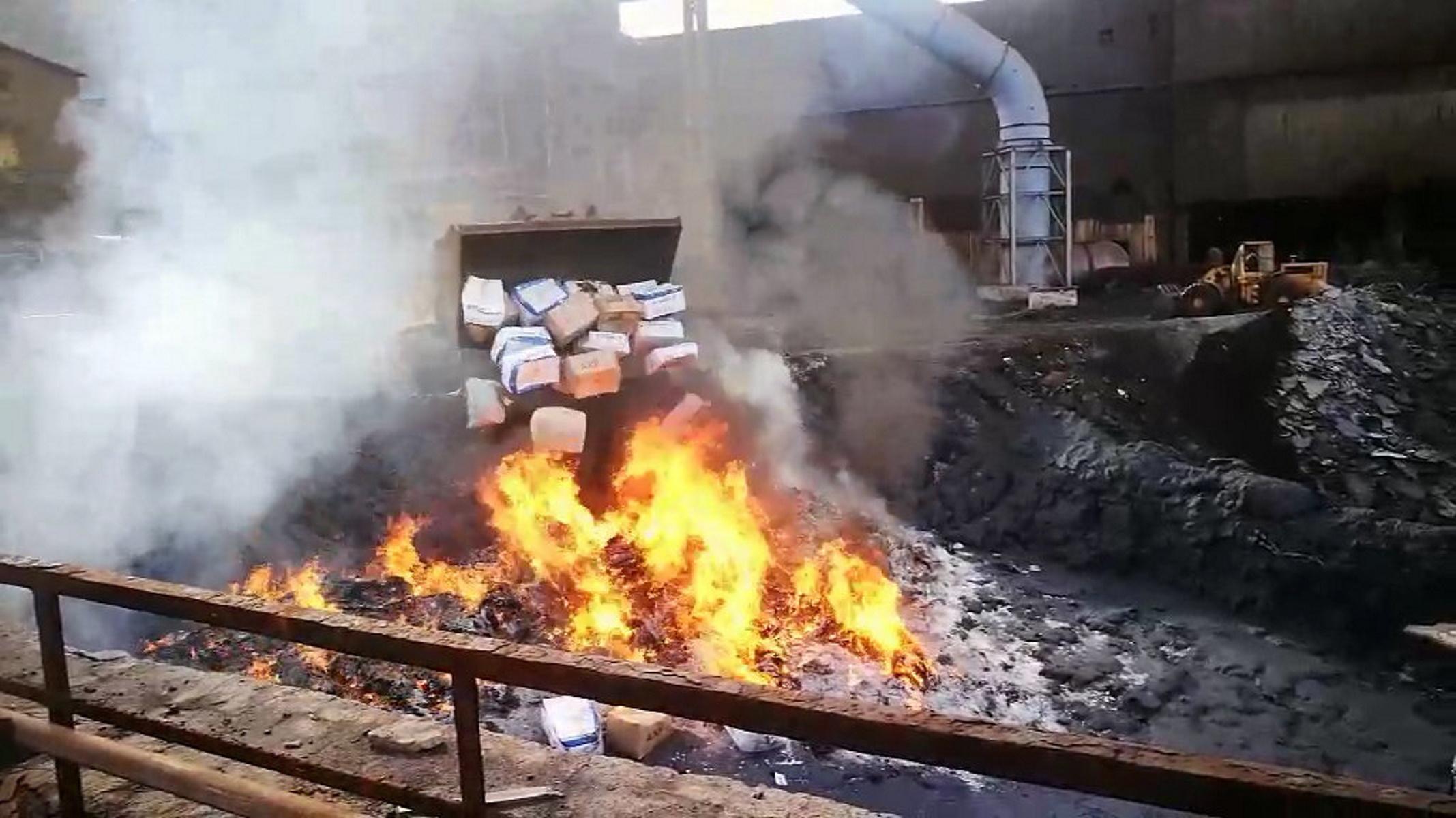 Στην πυρά εκατοντάδες κιλά ναρκωτικών – Εντυπωσιακές εικόνες καταστροφής των ουσιών