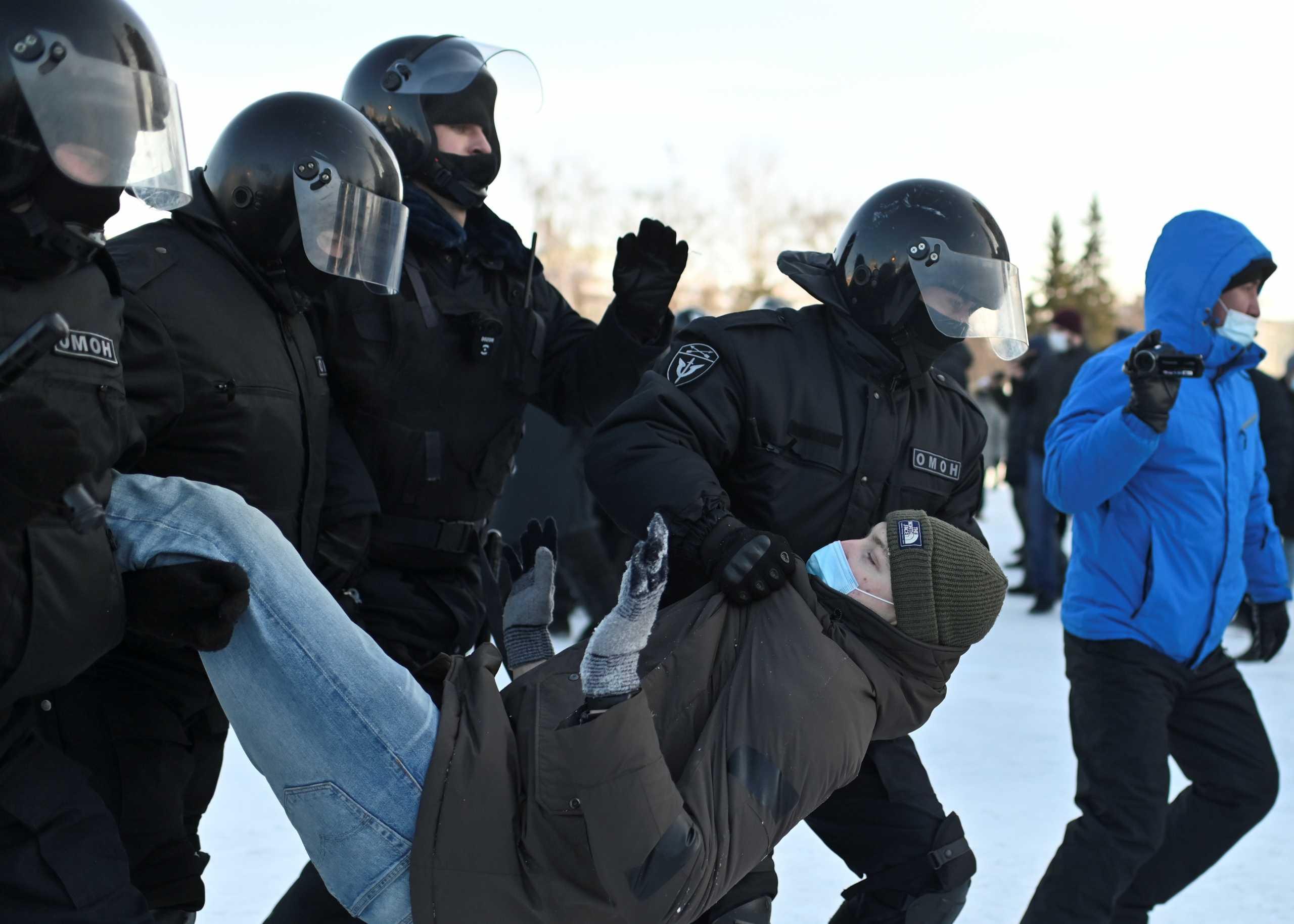 Ρωσία: Πάνω από 5.000 συλλήψεις στις διαδηλώσεις υπέρ του Ναβάλνι – Αντιδράσεις από ΗΠΑ και ΕΕ (pics)