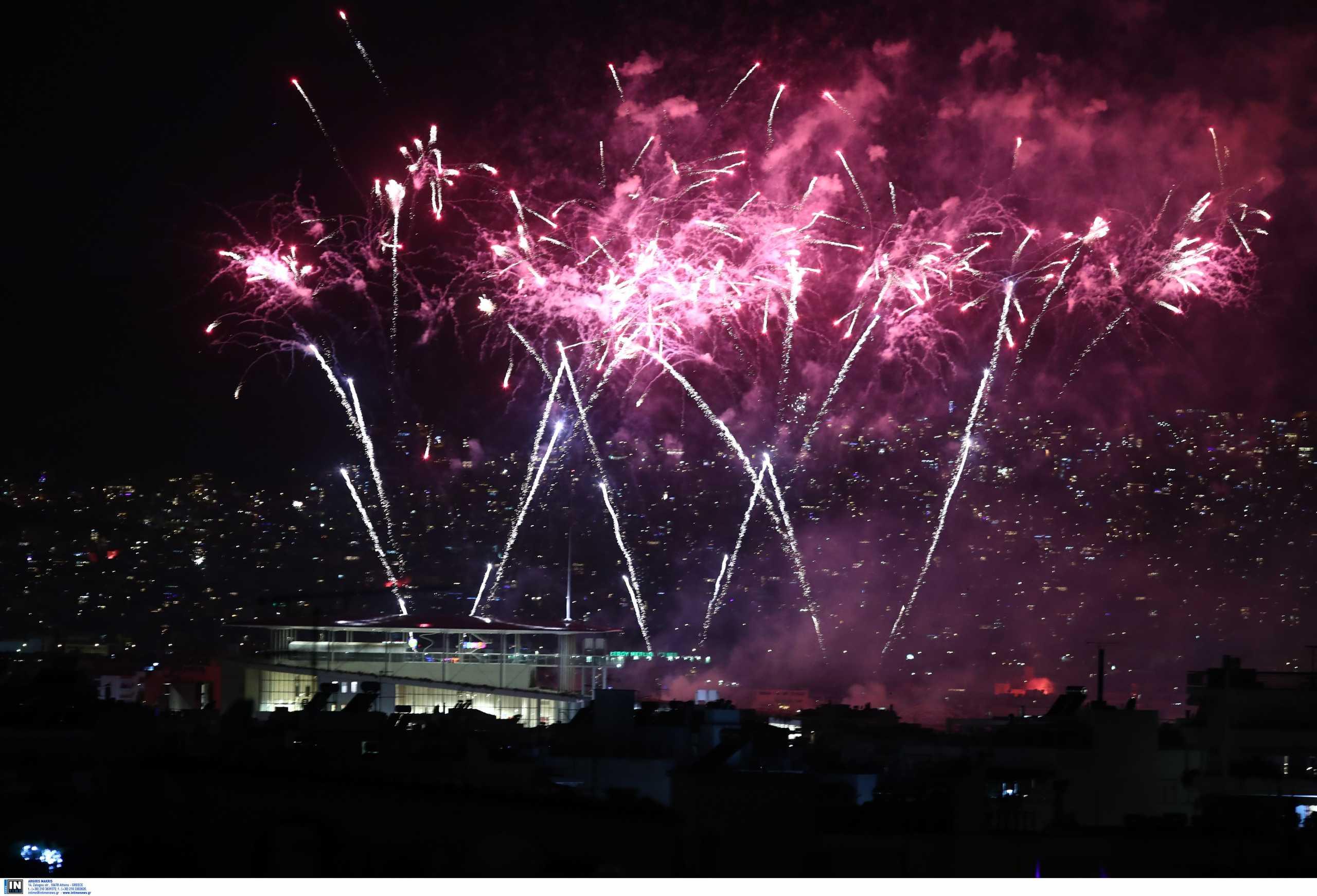 Πρωτοχρονιά στα μπαλκόνια και με βροχή από πυροτεχνήματα – Έτσι υποδέχτηκε η Ελλάδα το 2021