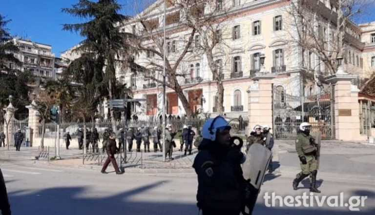 Επεισόδια στη Θεσσαλονίκη: Αντιεξουσιαστές επιτέθηκαν σε μέλη του ΣΥΡΙΖΑ