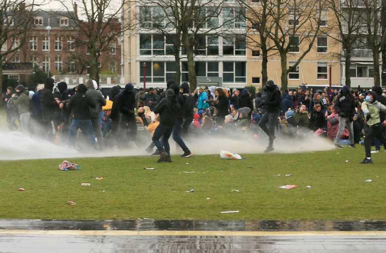 Ολλανδία: Συγκρούσεις αστυνομικών και διαδηλωτών για την απαγόρευση κυκλοφορίας