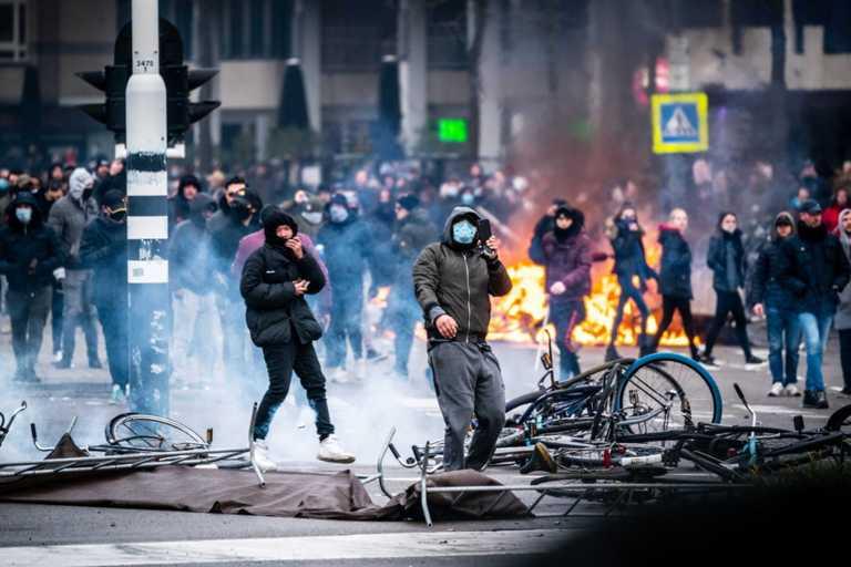 «Φλέγεται» η Ολλανδία: Δεύτερη νύχτα ταραχών σε διαδηλώσεις κατά της απαγόρευσης κυκλοφορία