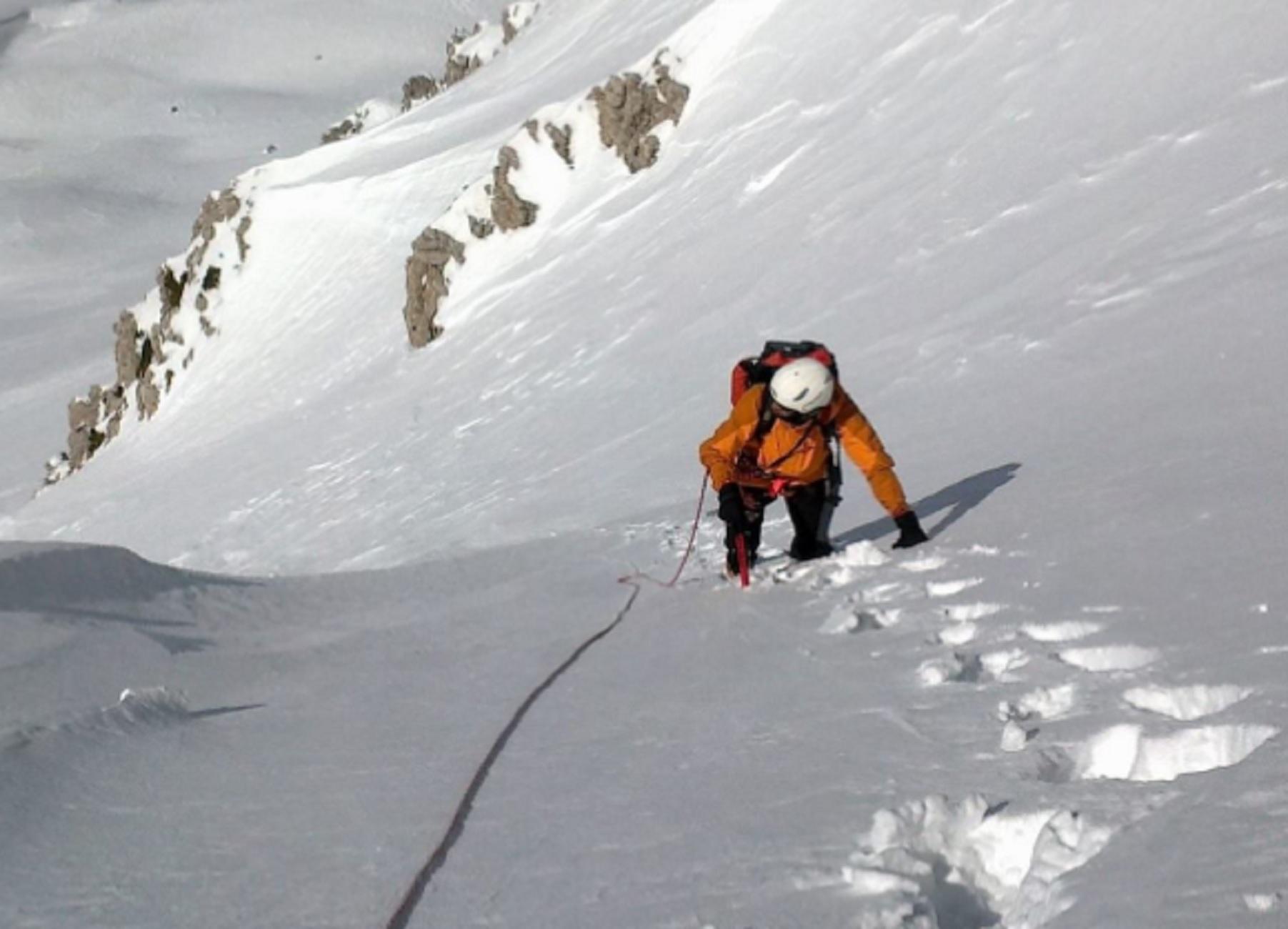 Λάρισα: Πάλεψε για να ξεθάψει το νεκρό φίλο του – Συγκλονιστικές σκηνές μετά τη φονική χιονοστιβάδα στον Όλυμπο (pics)
