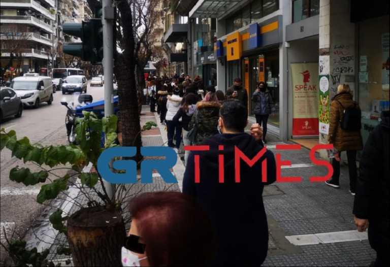 Θεσσαλονίκη: Τεράστιες ουρές και συνωστισμός έξω από τα καταστήματα (pics, video)