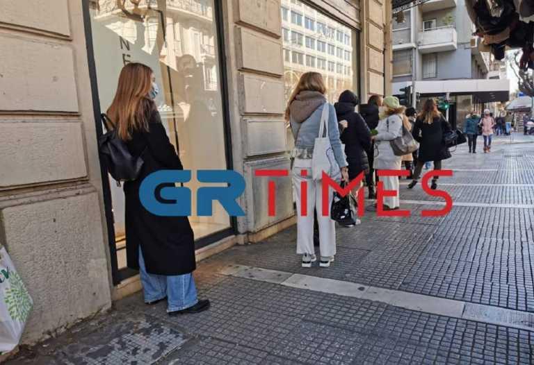 Θεσσαλονίκη: Ουρές για δεύτερη μέρα έξω από καταστήματα – Ρούχα, παπούτσια και καλλυντικά έχουν την τιμητική τους (video)