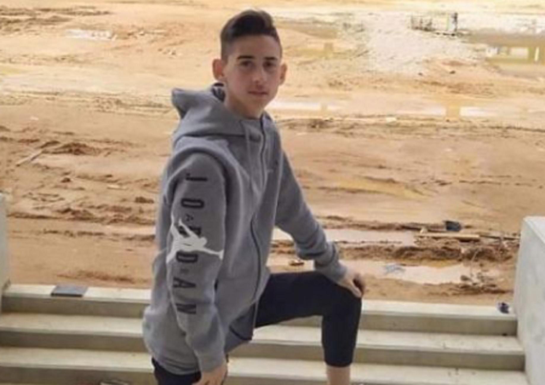 Λαμία: Σπαραγμός στην κηδεία του 15χρονου Κωνσταντίνου – Ράγισαν καρδιές από την κίνηση των συμμαθητών του