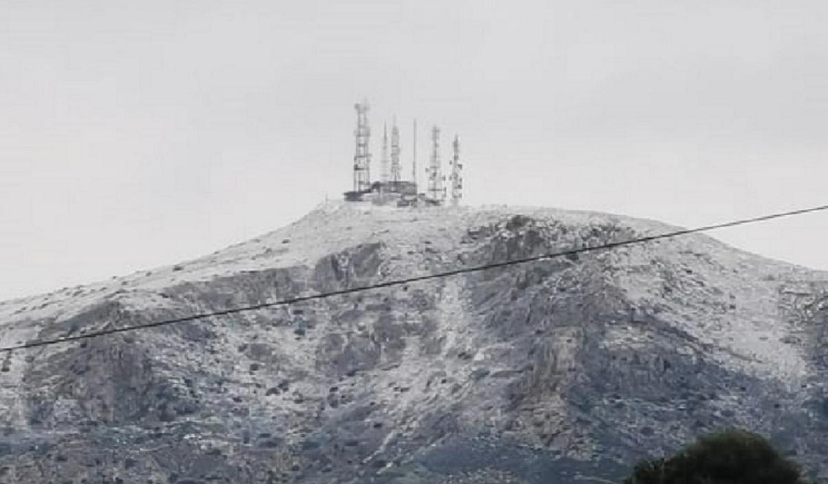 Καιρός: Ντύθηκαν στα λευκά οι κορυφές της Πάρου (pics)
