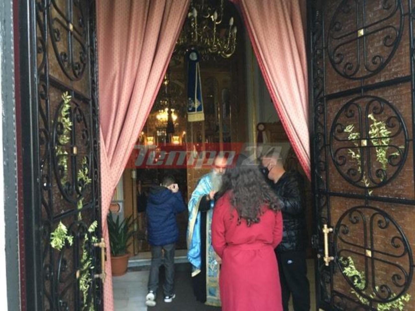 Πάτρα: Ιερέας βγήκε στην πόρτα για να δώσει Θεία Κοινωνία (pic)