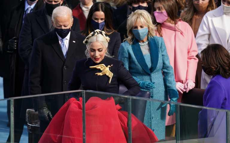Ποια γυναίκα ζήλεψε την τεράστια καρφίτσα της Lady Gaga στην ορκωμοσία Μπάιντεν