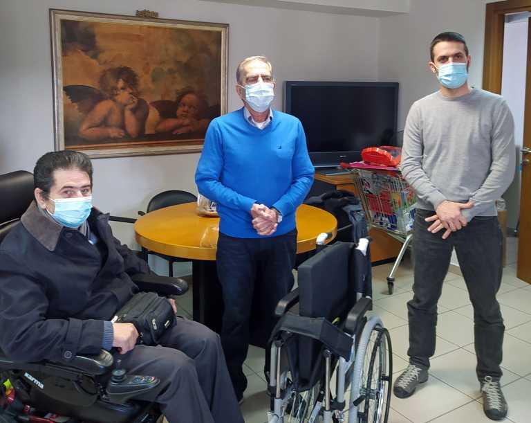 Θεσσαλονίκη: Μάζεψαν έναν τόνο πλαστικά καπάκια και δώρισαν αναπηρικό αμαξίδιο