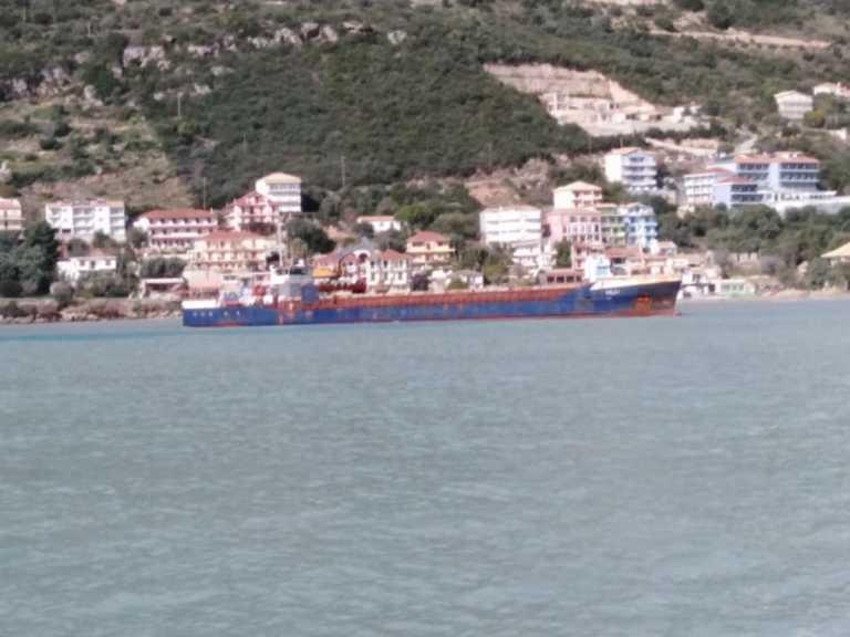 Φορτηγό πλοίο προσάραξε στη Λευκάδα – Στο σημείο πλωτό του λιμενικού (pics)