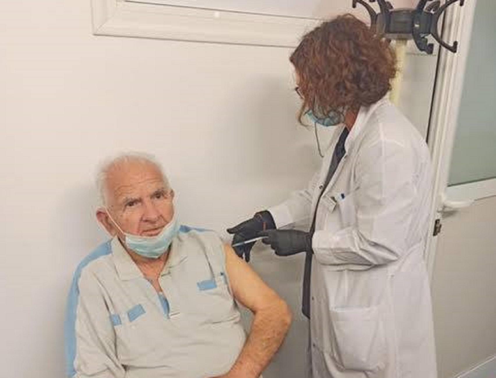 Ρόδος: «Τι να μου πει εμένα ένα τσιμπηματάκι;» Εμβολιάστηκε ο τελευταίος επιζών ιερολοχίτης