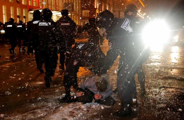 Ρωσία: 3.300 συλλήψεις για τον Ναβάλνι – Στη ΜΕΘ διαδηλώτρια, video σοκ