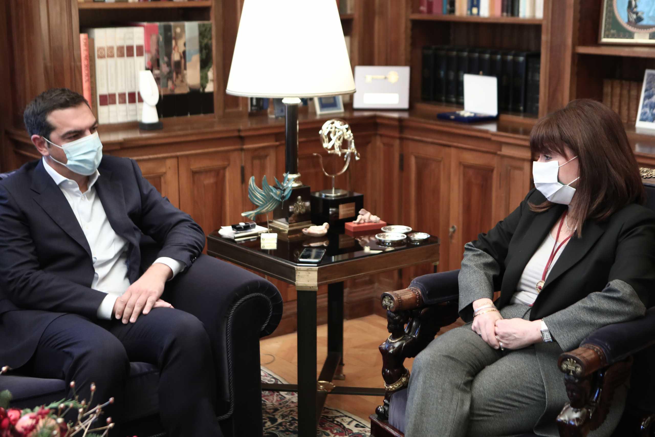 Συμβούλιο πολιτικών αρχηγών ζήτησε ο Τσίπρας – Εθνική ομοψυχία η Σακελλαροπούλου