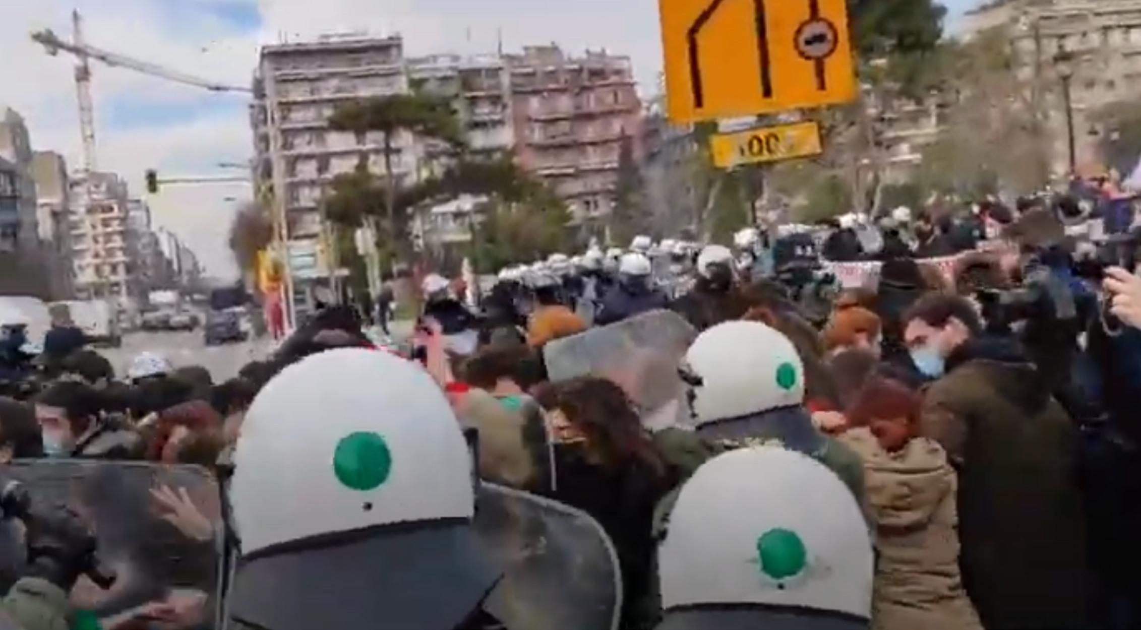 Θεσσαλονίκη: Ξύλο, χημικά και προσαγωγές στο φοιτητικό συλλαλητήριο (pics, video)