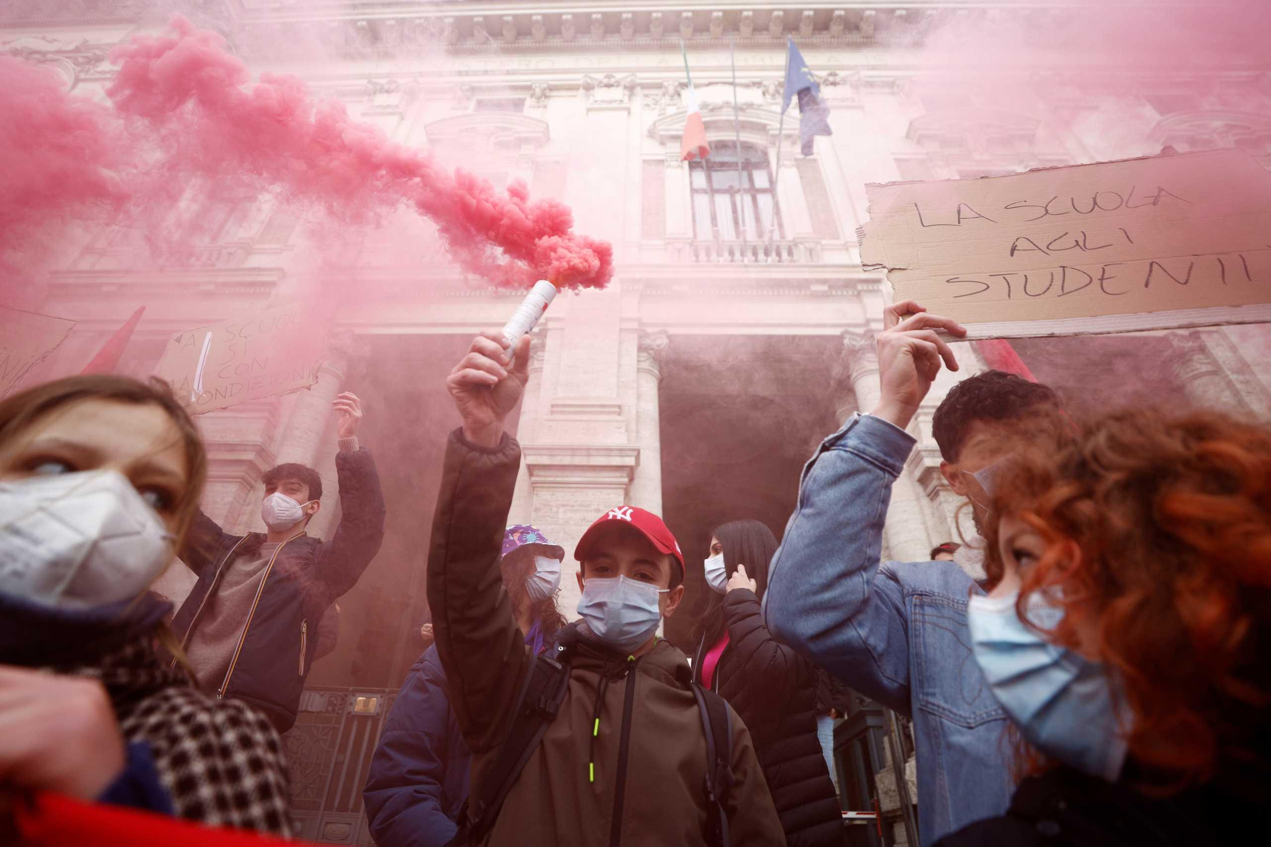 Μαθητές στην Ιταλία κατέβηκαν στον δρόμο και ζητούν το τέλος της τηλεκπαίδευσης – «Φτάνει με την αβεβαιότητα» (pics)